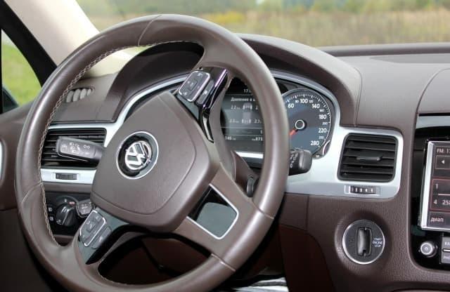 Volkswagen Touareg black - фото 2